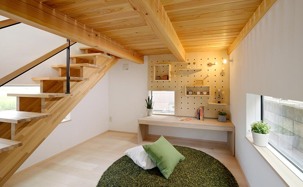 洋間内装に木材を大胆に使用し見事な立体空間を演出