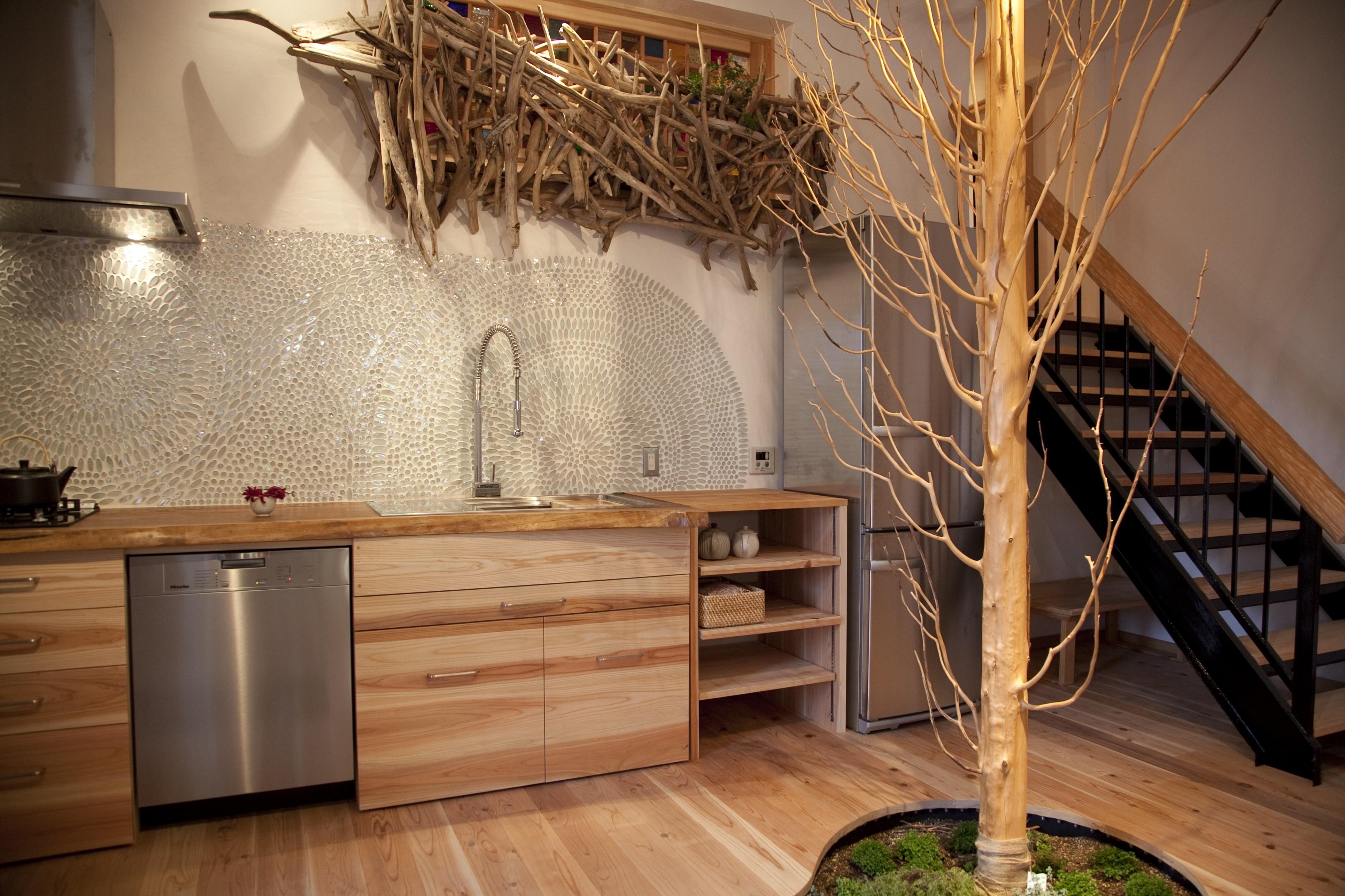 天然木をふんだんに使用した野趣あふれるオンリーワンの室内空間