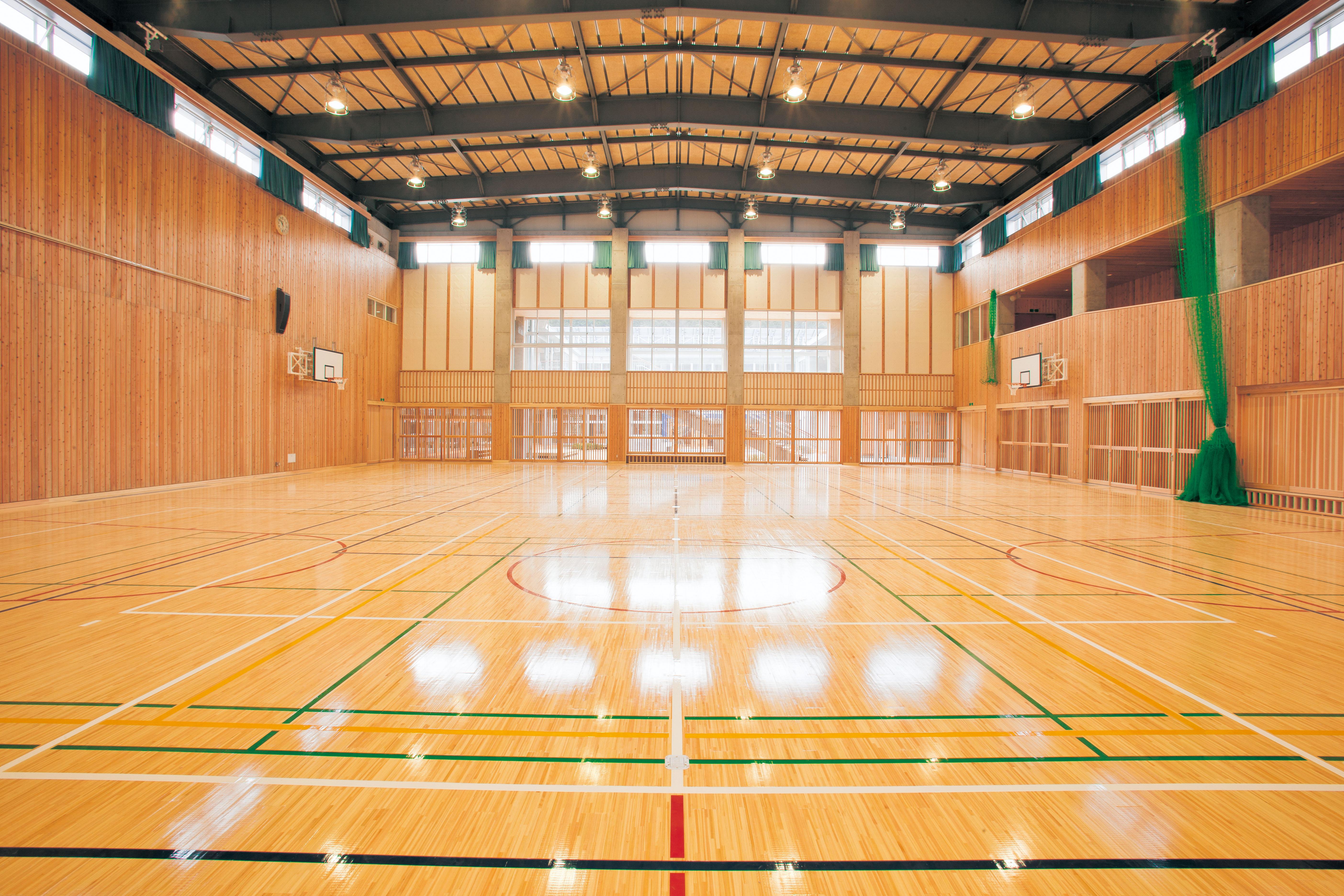 体育館の床は耐久性、耐摩耗性、ささくれがないことなど、特殊な要件を必要とします。テレビ中継で使われるような体育館では見栄えも重要です