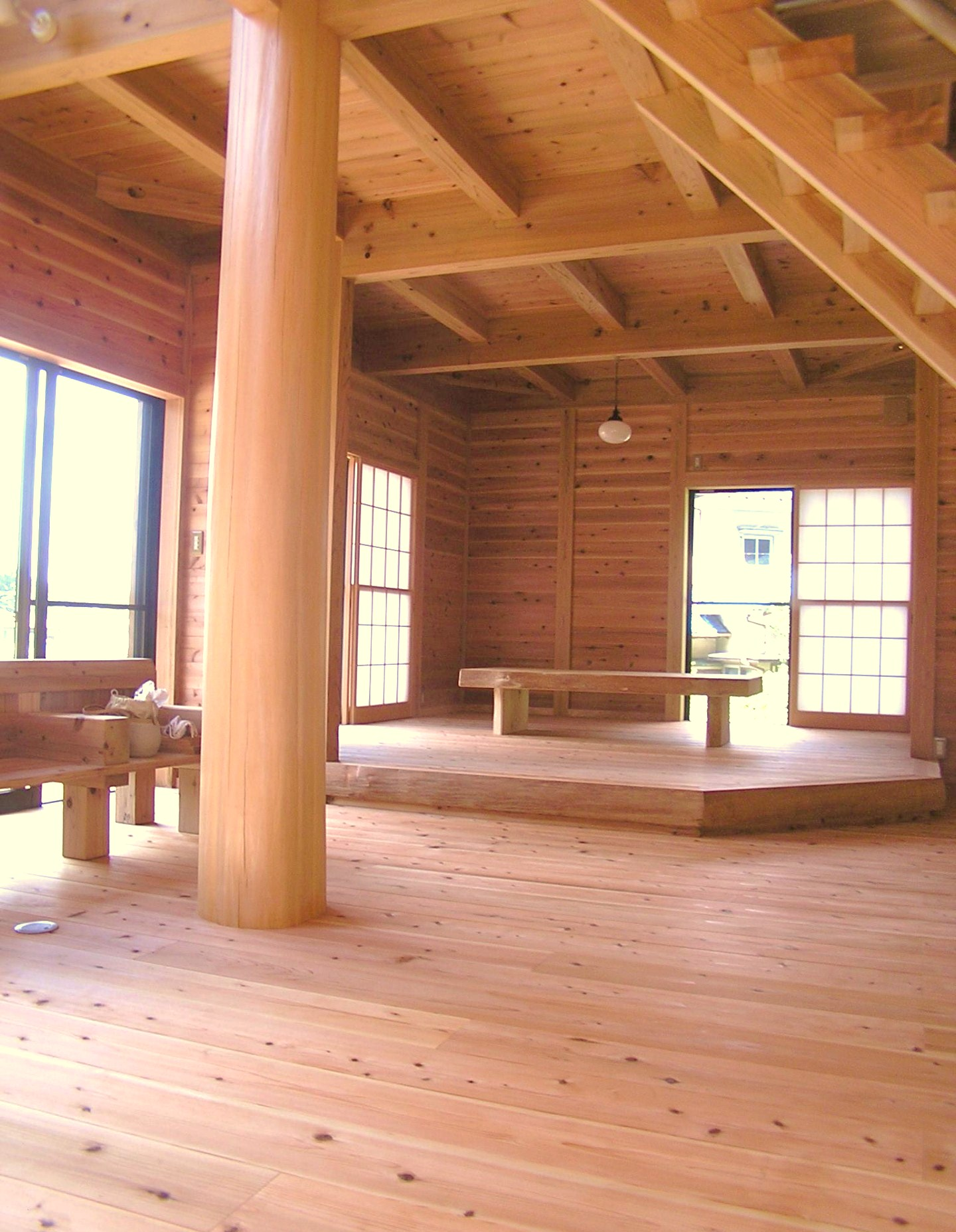 国産材をふんだんに使用した内装、中央の丸柱が象徴的です