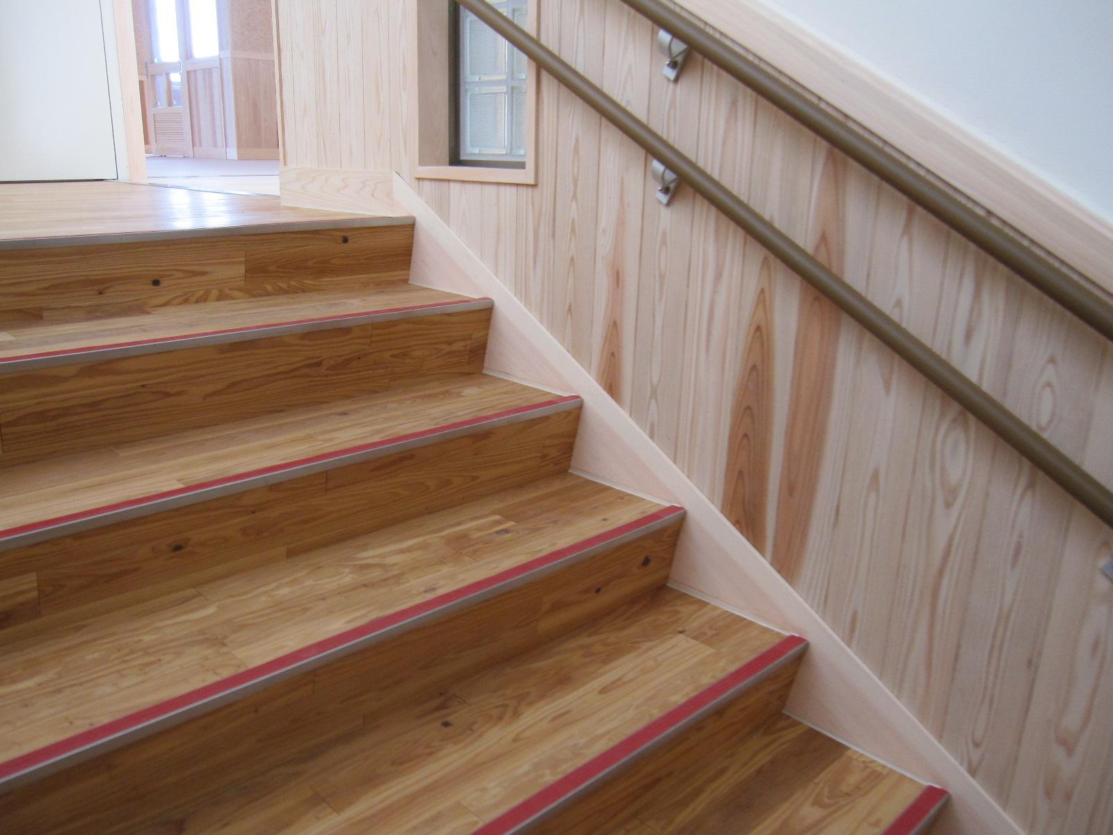 学校施設の木製階段