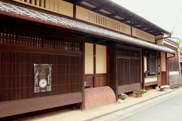 ならまちの格子のある古民家。深い軒、卯建(うだつ)、漆喰仕上げの土壁が印象的です
