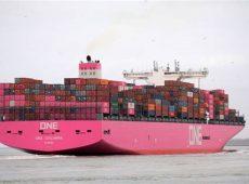 【大量のコンテナを輸送するコンテナ船】