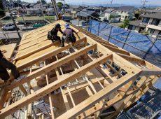 【シュタイコ木繊維断熱材を使った屋根断熱施工の様子】