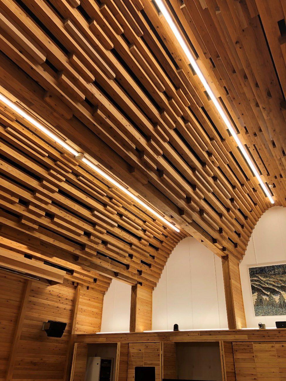 【地元の国産材を活用した西粟倉木造庁舎の内装】